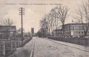 Quickborn - Marktstraße mit Gemeindeverwaltung (rechts), Spritzenturm (mitte) und Café Petersen, später Gasthof 'Zum Marktplatz' bzw. 'Quickborner Lichtspiele' (links), ca. 1920er Jahre (Foto: Rudolph Schildt)