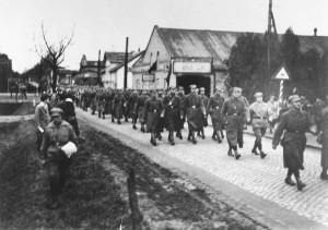 Quickborn - Umzug des Roten Frontkämpferbundes in der Kieler Straße, 1929 (Sammlung: Ernst-Thälmann-Gedenkstätte Hamburg)