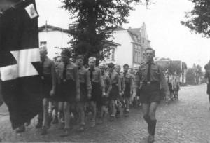 Aufmarsch der Hitler-Jugend, Fähnlein 11/499, auf der Kieler Straße, Quickborn 1941 (Sammlung: Matthias Fischer-Willwater, Jörg Penning)