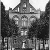 Eingangsbereich der Bismarckschule, Ort der Flaggenschändung; Fotograf unbekannt StAE