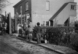 Bei Kriegsende 1945 wurden in Horst mindestens vier Panzersperren gebaut, um den Vormarsch der Alliierten zu stoppen; hier der Bau am südlichen Ortseingang des Kirchdorfes in der Elmshorner Straße.