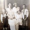 Victor ganz rechts mit Mutter und Geschwistern ca. 1916 (Familienfoto, Privatbesitz Anne-Kathrin Andersen)
