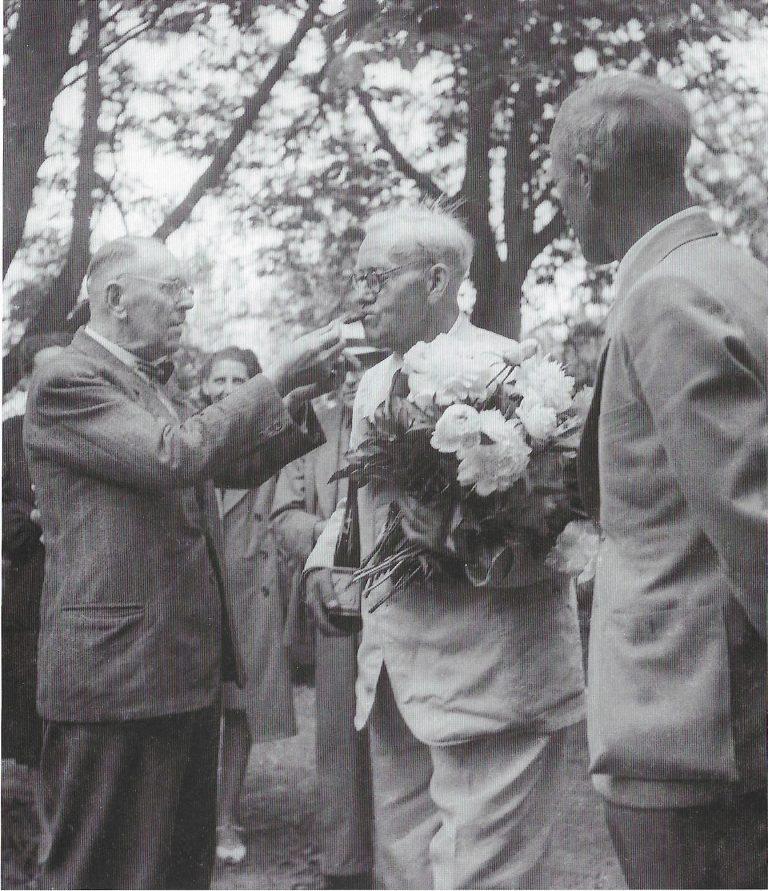 """Am 21. Juni 1947 feiert Fritz Höger seinen 70. Geburtstag in seinem Geburtshaus in Bekenreihe. Der """"Chilehaus-Architekt"""" hatte bei Bombardements der Alliierten """"seine Hamburger Wohnung verloren und war in sein so sehr geliebtes Elternhaus zurückgekehrt"""" ."""