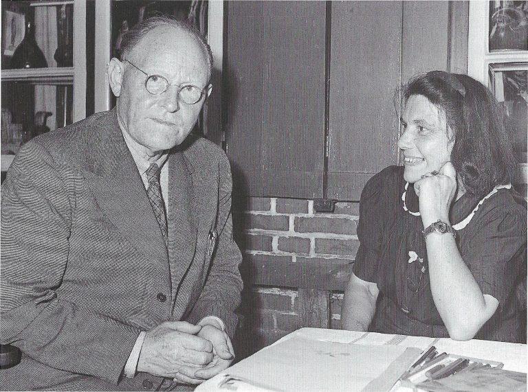 """Nachdem Tod ihres Mannes Fritz Höger lädt die Witwe zu Lesungen ins Högerhaus nach Bekenreihe ein. Der isländische Schriftsteller Gunnar Gunnarson referierte schon 1935 bei der """"Nordischen Gesellschaft"""" über den """"nordischen Schicksalsgedanken""""."""